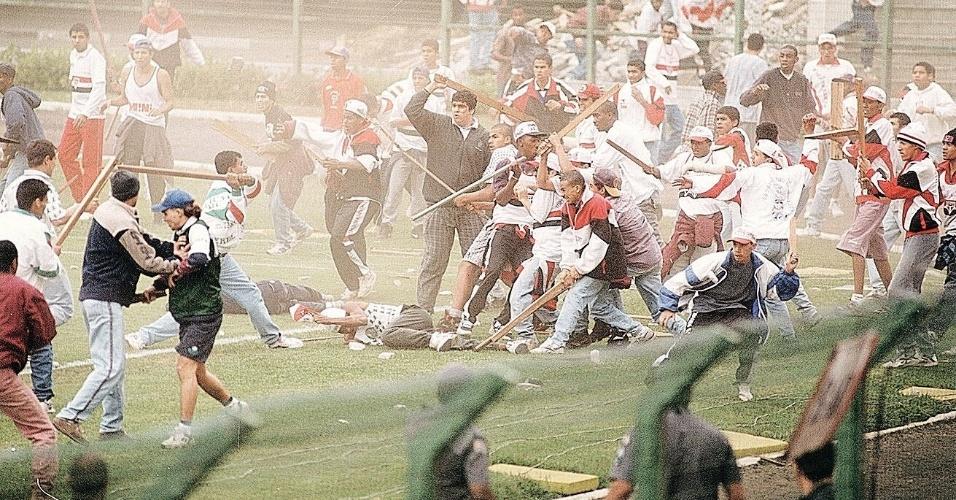briga entre as torcidas do Palmeiras e São Paulo na final da Supertaça São Paulo de Juniores em 1995