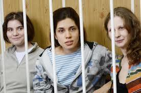 Cantoras do Pussy Riot durante o  julgamento