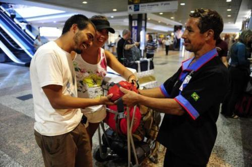 Clodomiro devolve a pochete para o casal chileno