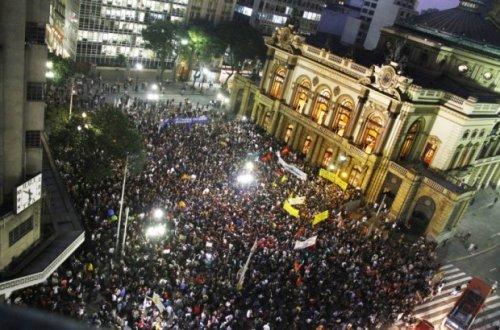 Início dos protestos em frente ao Theatro Municipal de São Paulo