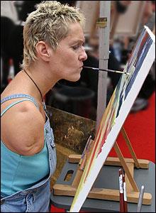 Artista inglesa Alison Lapper pintando.