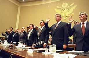 Sessão do senado americano em 1994, onde os presidentes das 7 maiores empresas de tabaco dos EUA afirmaram sob juramento que nicotina não vicia. William Campbell está na direita da foto.