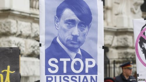 Placa em manifestação mostra Putin como Hitler