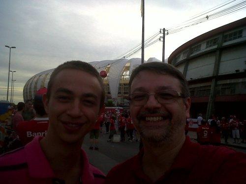 Meu filho Leonardo e eu na frente do Beira no dia da festa de reinauguração.