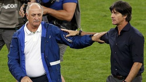 Felipão e Joachim Löw se cumprimentam ao fim do jogo – [Fonte: David Gray / Agência Reuters]
