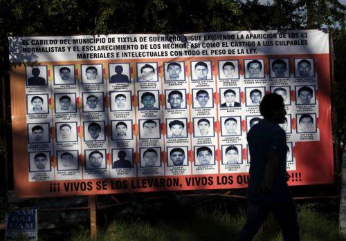 Painel com as fotos dos 43 estudantes mexicanos desaparecidos.