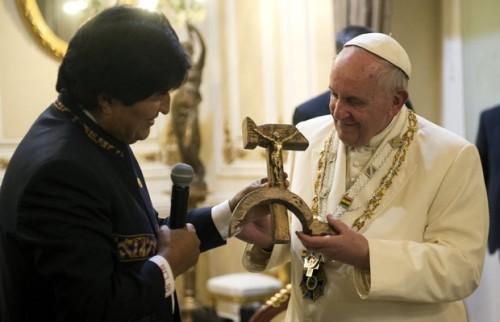 Papa Francisco recebe polêmico presente de Evo Morales (Foto: Osservatore Romano)