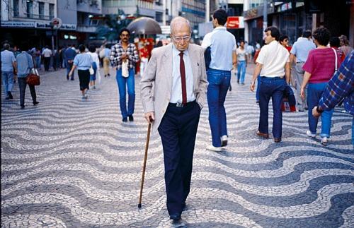 Poeta Mário Quintana caminhando na Rua da Praia em Porto Alegre.