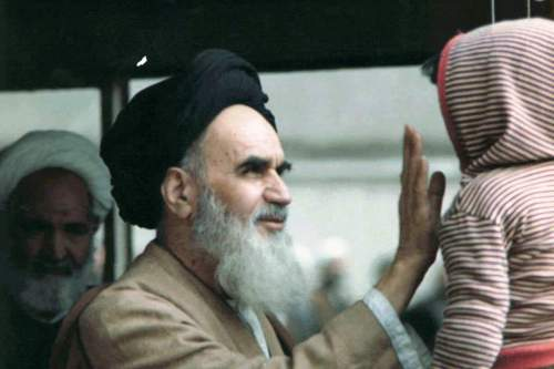 Aiatolá Khomeini com uma criança (foto bem diferente das publicadas usualmente no Ocidente)